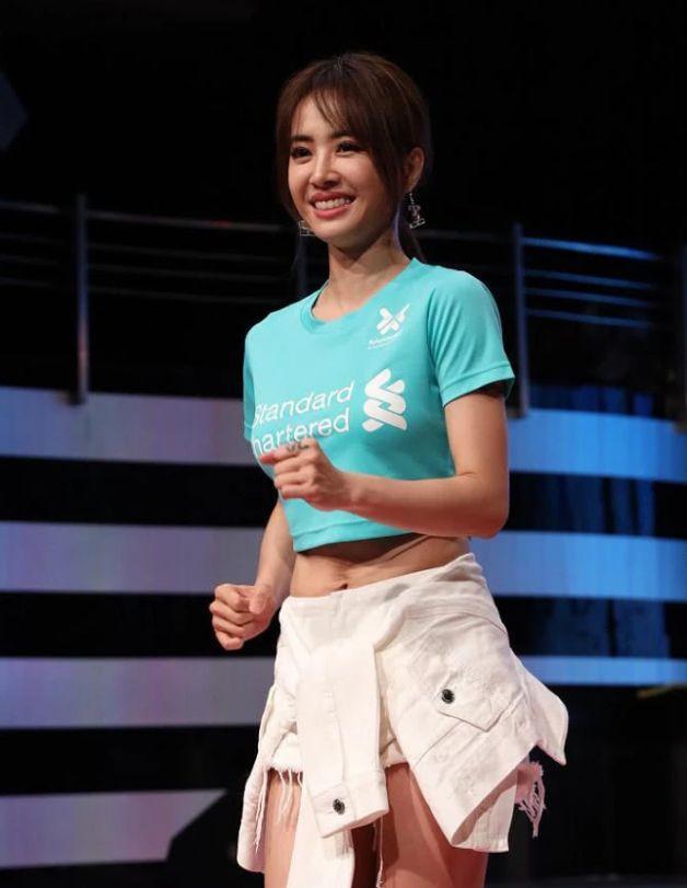 「亚洲舞娘」不是白叫的!蔡依林牛仔裤只有5cm, 全靠腰间外套,穿衣风格新潮大胆:我就喜欢这样的-阿里云优惠网